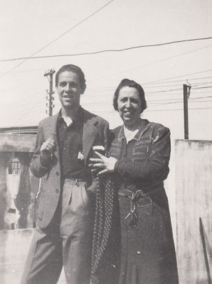Luis García Berlanga, con su madre, en los años treinta. Colección García Berlanga.