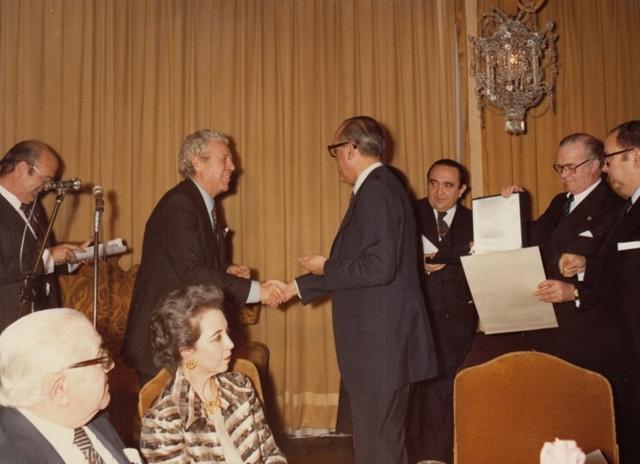 Luis García Berlanga recibe el Premio Nacional de Cinematografía de manos del presidente del gobierno Leopoldo Calvo Sotelo. Colección García Berlanga.